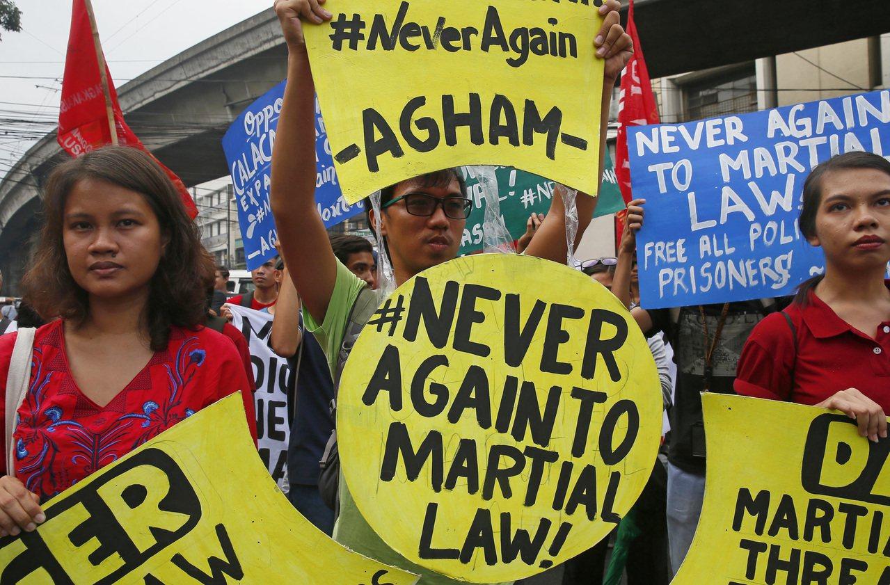 馬可仕政府垮台後,1987年通過的《菲律賓共和國憲法》記取教訓,緊縮總統實施戒嚴...