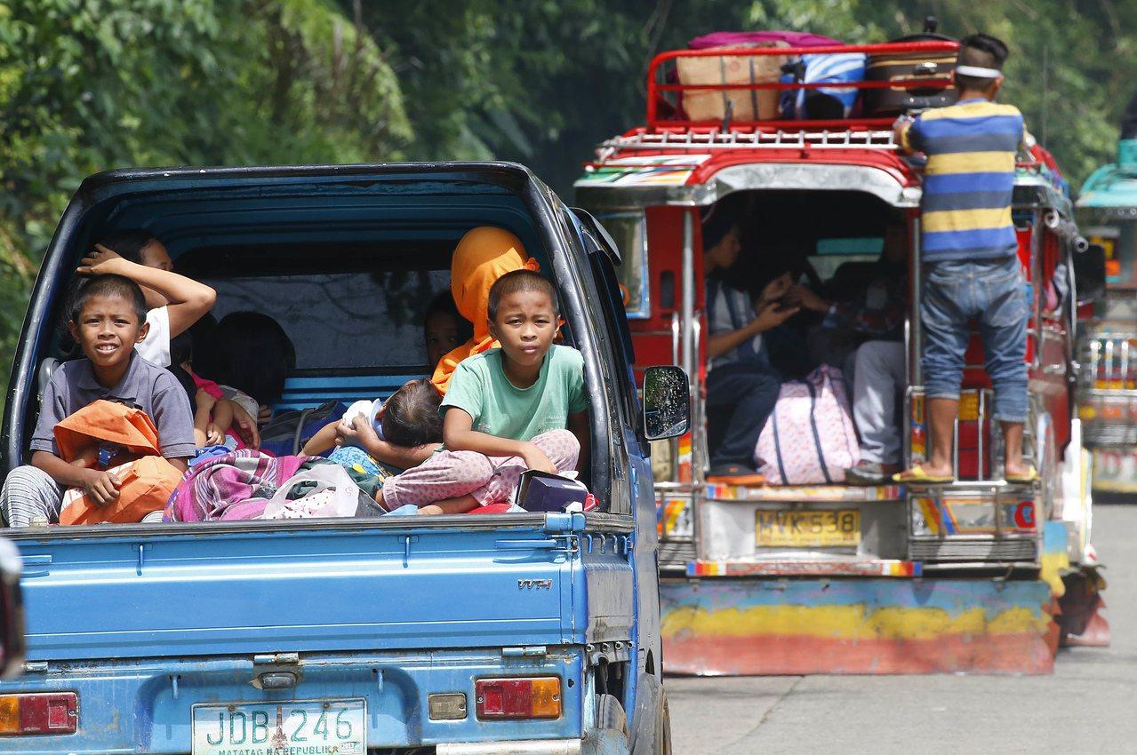 菲律賓國防部長羅倫沙納表示,局勢穩定後戒嚴狀態仍可能持續。圖為正在逃離馬拉韋市的...
