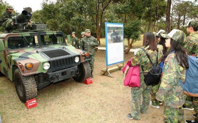 官兵向戰鬥營學員介紹拖式飛彈悍馬車等武器裝備。圖/軍聞社