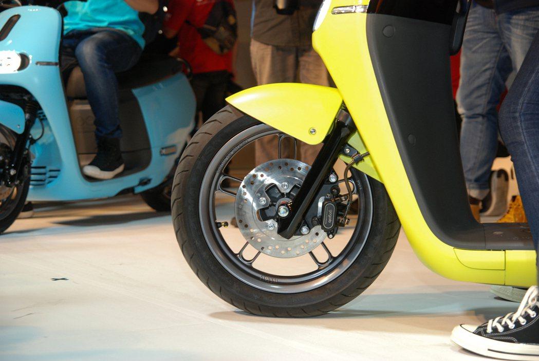 Gogoro 2 採用前 14、後 13 吋的前後碟煞胎框組(含金屬油管),並首...