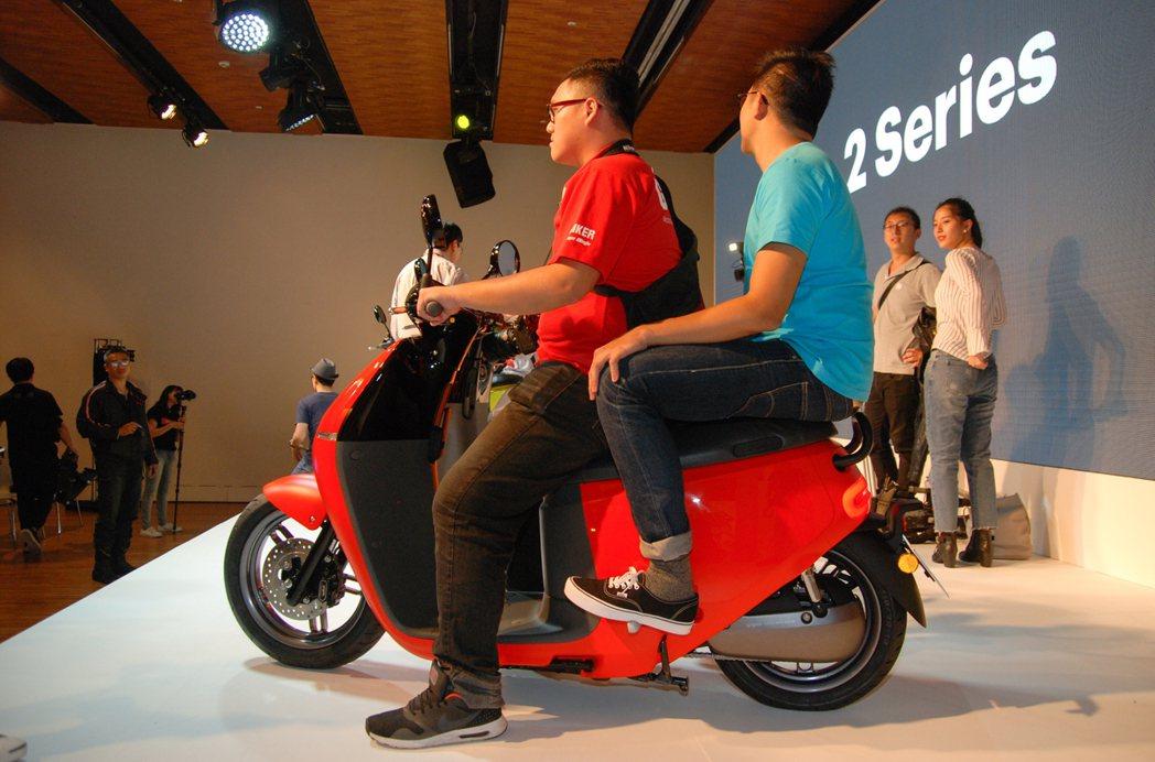 全新 Gogoro 2 的加大雙人座墊,對兩名成年男性雙載騎乘不是問題。 記者林...