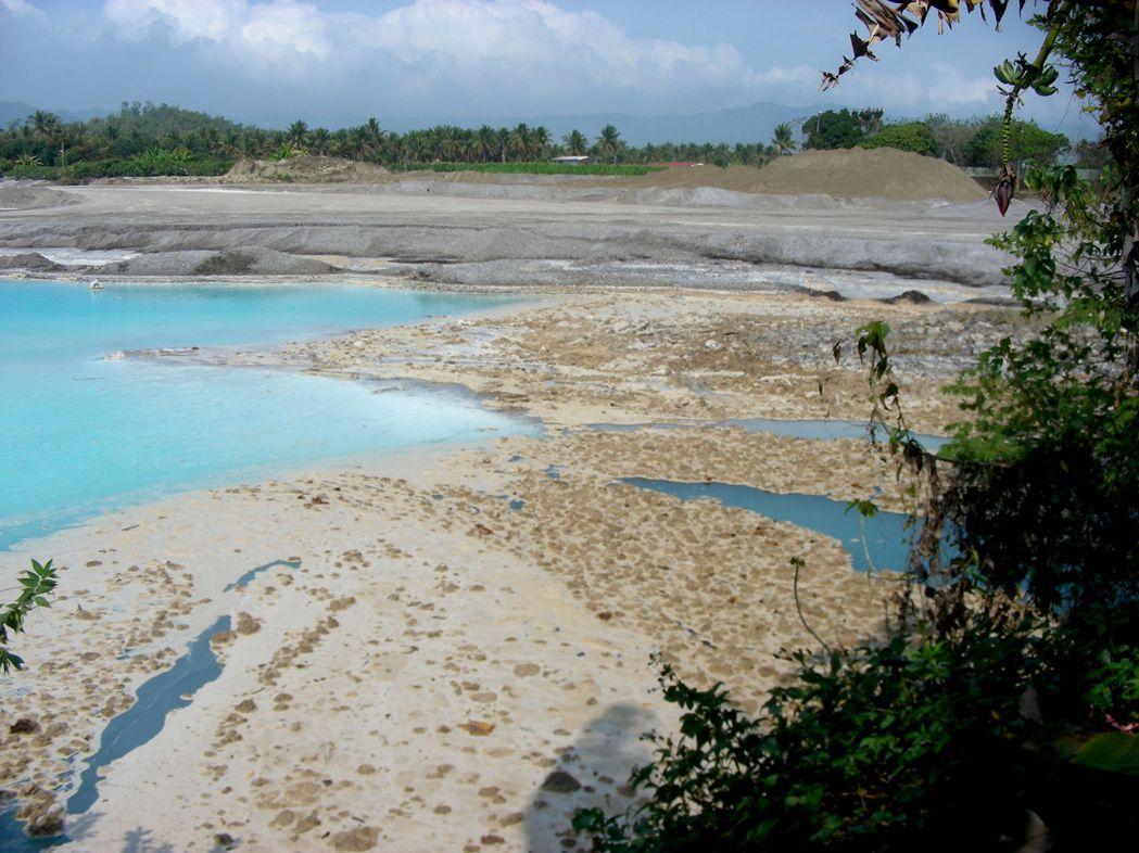 從102年8月到103年5月期間,農地由於回填種類不同爐渣,積水處水面出現的黃色膜也不一樣。 圖/王中義老師提供