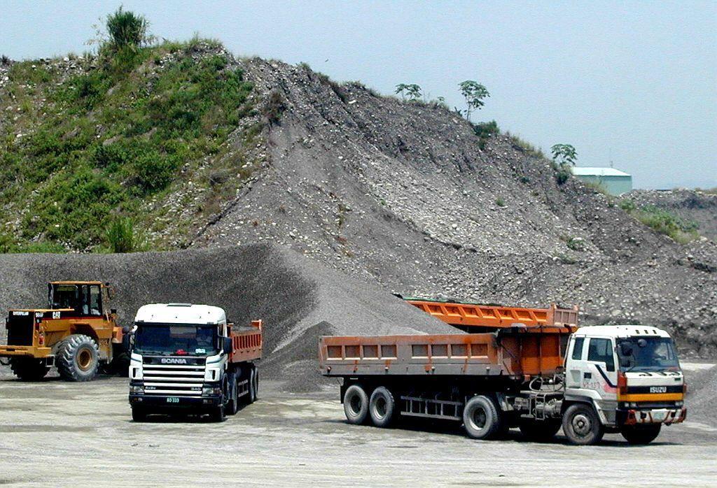 橫跨高屏的高屏溪沿岸本就是砂石業盤據之地,除疏浚作業的合法砂石利益外,更遺留下許多盜採砂石遺棄的巨大坑洞。 圖/聯合報系資料庫