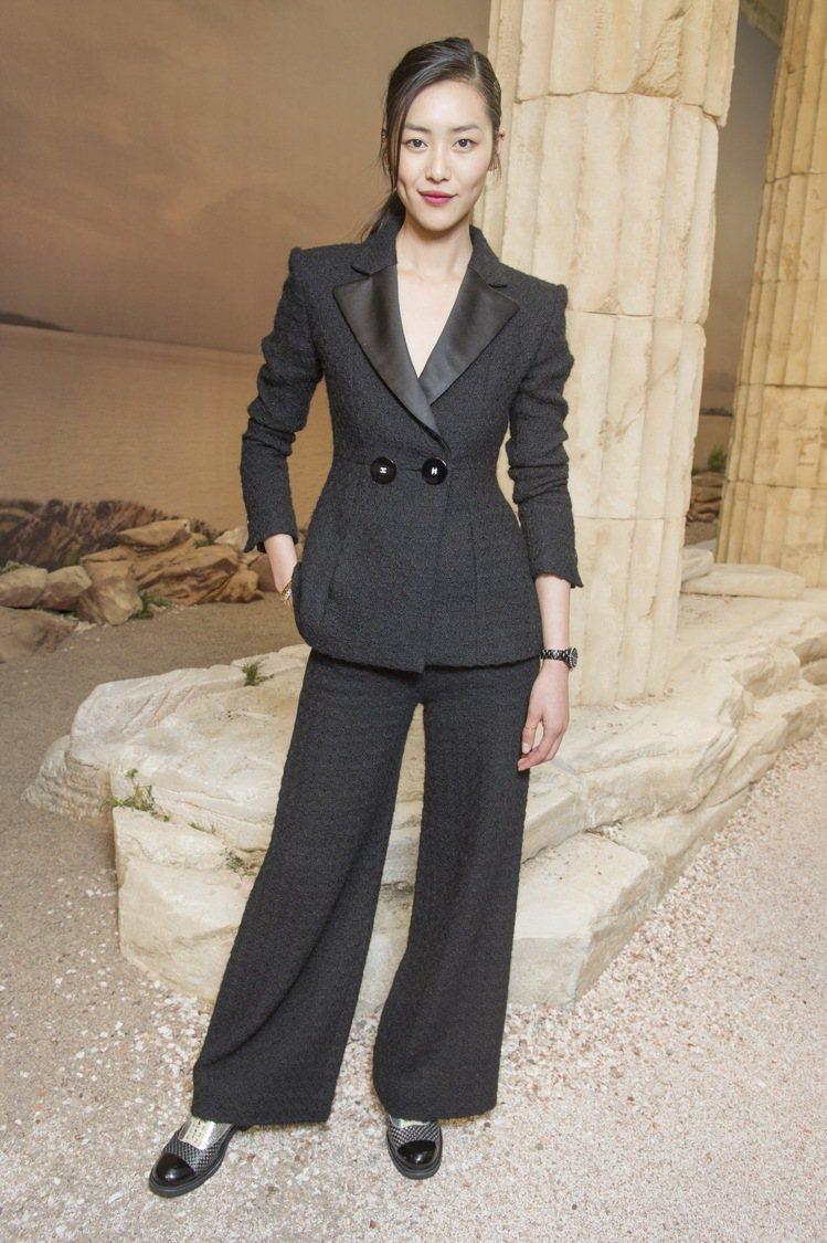 劉雯一身帥氣的穿上奈兒2017早秋黑色緞面領口斜紋褲裝。圖/香奈兒提供