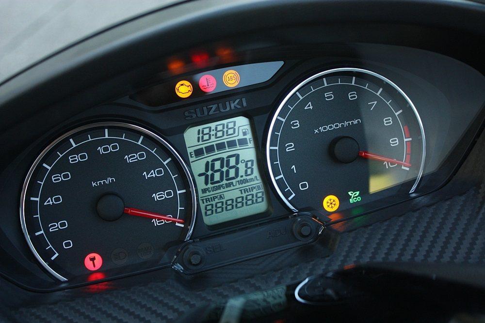 雙儀表板與中央資訊顯示幕清晰度高好辨識,右儀表板下方的節能運轉指示燈也是實用設計...