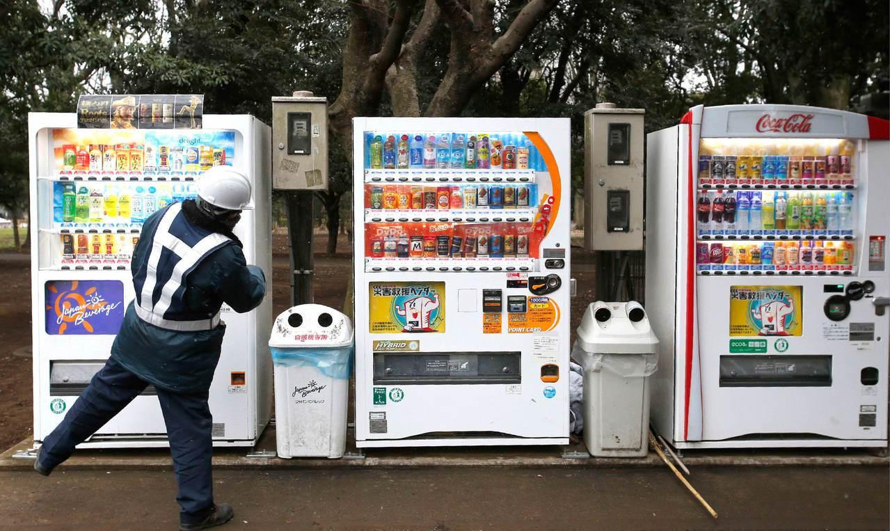 日本的自動販賣機多到成為奇觀,商品內容五花八門。 (美聯社)