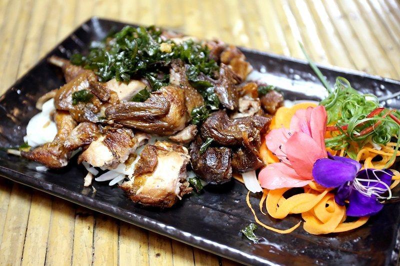 嘎嘎歐岸的風味餐運用原住民的烹調方式料理在地食材