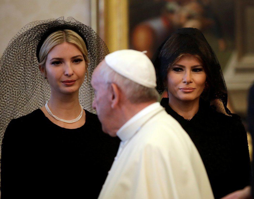 梅蘭妮亞(右)和川普女兒伊凡卡(右)都戴黑色頭紗。(路透)
