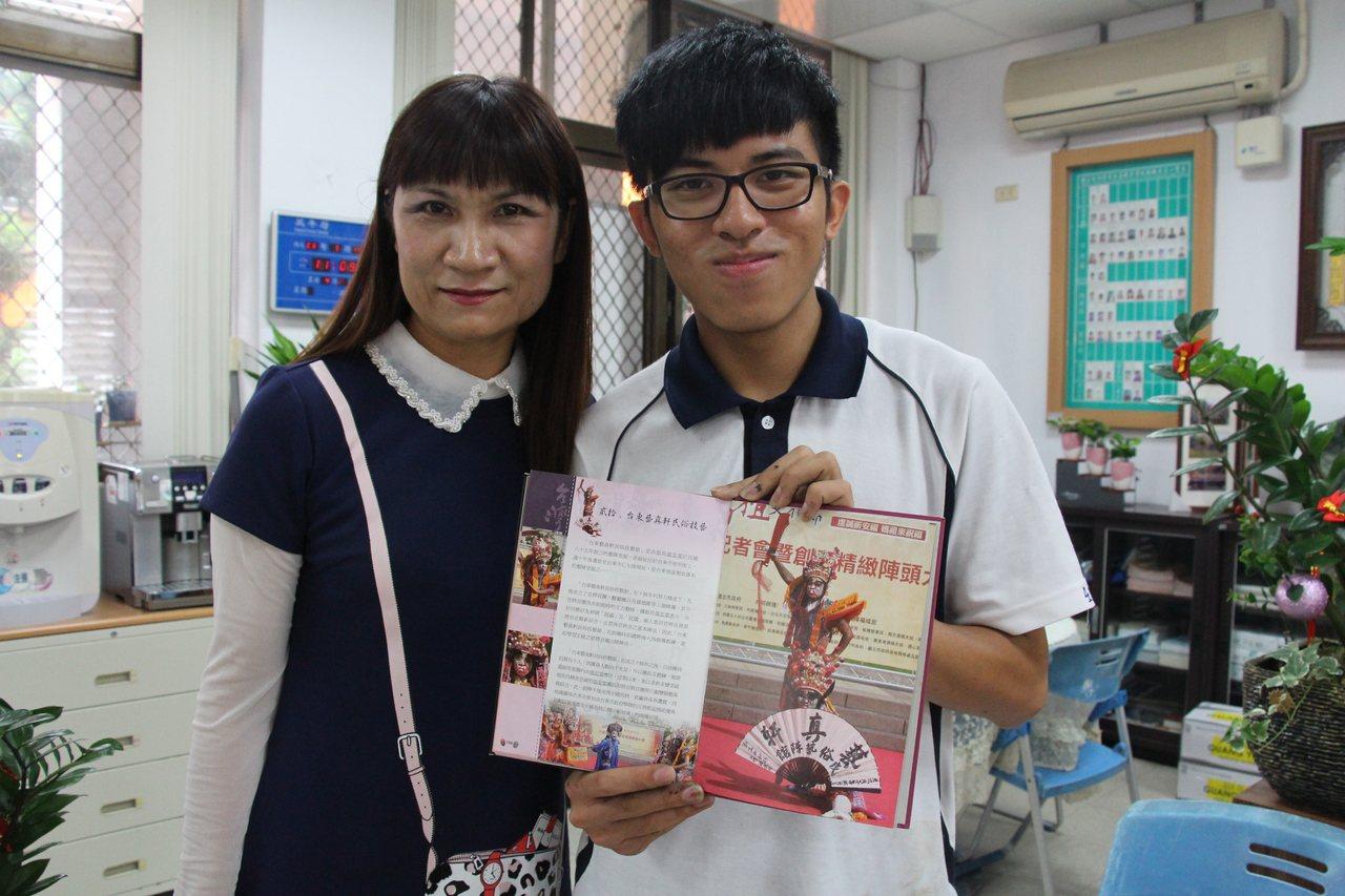 郭母金純凌支持郭勁鴻學習藝陣,也陪著他學習;郭勁鴻15歲買了生平第一本想要的課外...