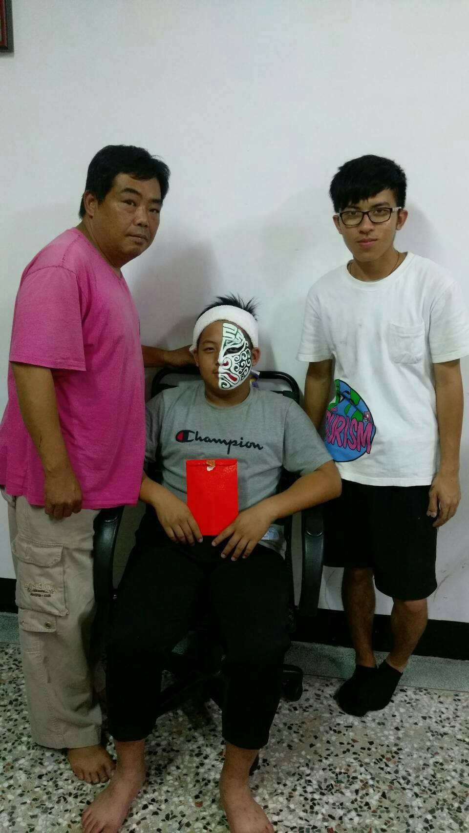 郭勁鴻(右)向張宏榮(左)拜師學藝。圖/郭勁鴻提供