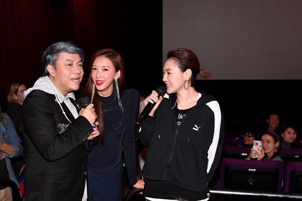 林志玲悄悄從歐洲飛回台灣驚喜現身,她穿了VERSACE春夏的深藍色禮服,高衩裙擺