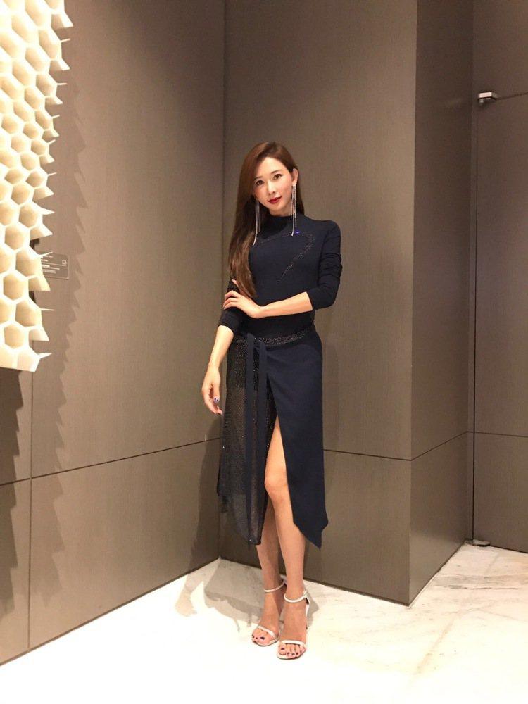 林志玲悄悄從歐洲飛回台灣驚喜現身,穿了愛牌VERSACE春夏的深藍色禮服,高衩裙...