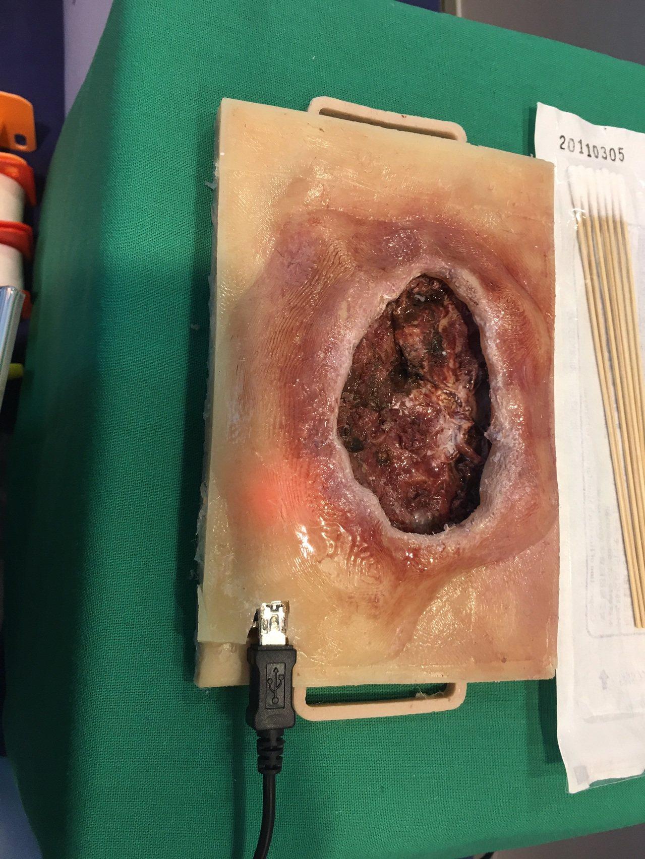 慈濟科技大學護理系師生設計研發的「具感應器之傷口教學模型」,透過3D列印與矽膠翻...