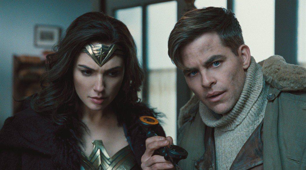 蓋兒賈多特(左)與克里斯潘恩(右)在「神力女超人」中有極佳的化學效應。圖/華納兄