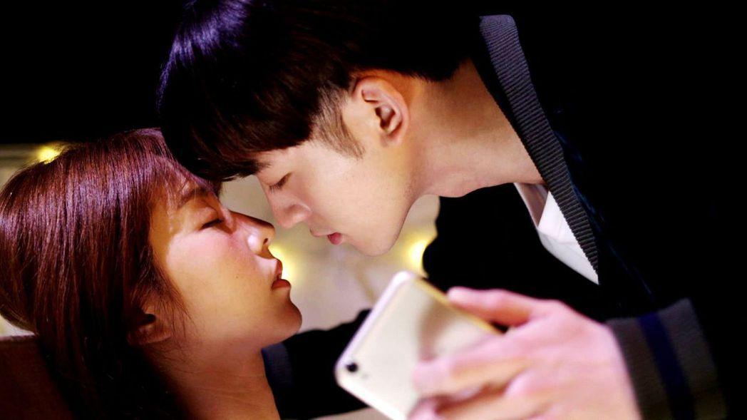 小樂和邵雨薇終於吻了 。圖/三立提供
