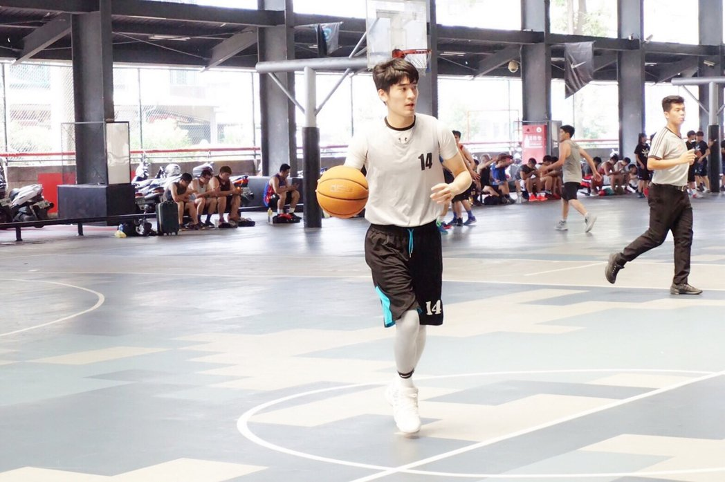 涂善存在籃球場上展現英姿。圖/佳葳娛樂提供