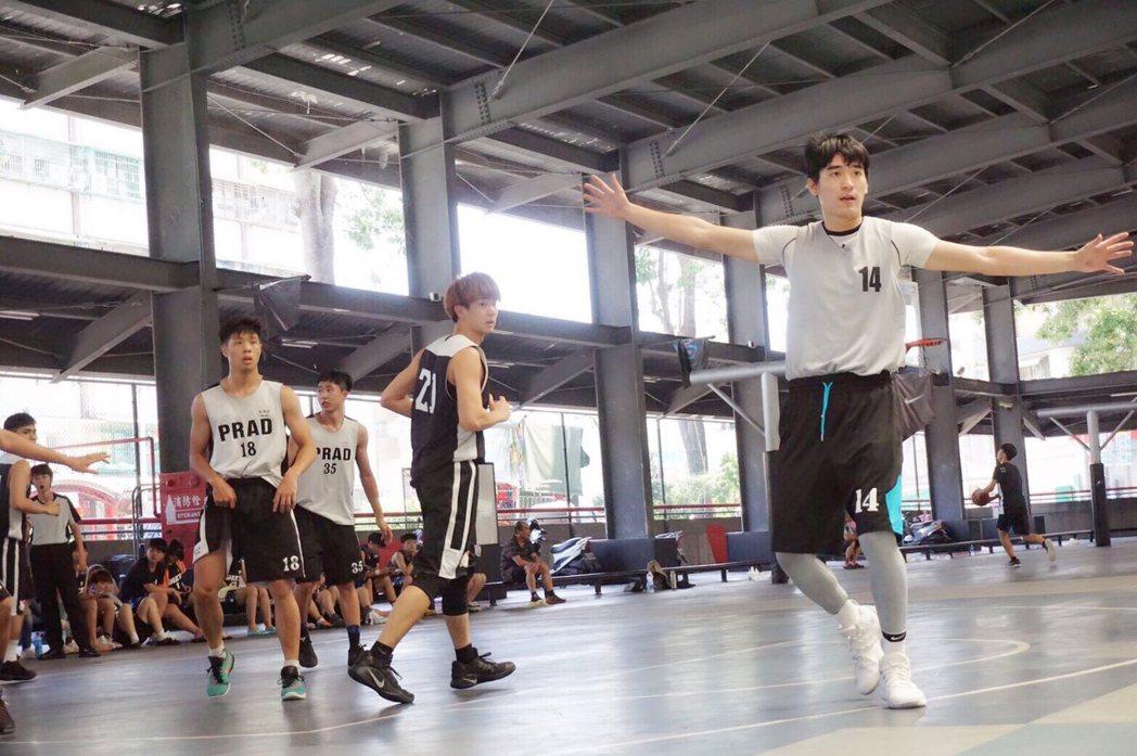 涂善存(右)在籃球場上展現英姿。圖/佳葳娛樂提供