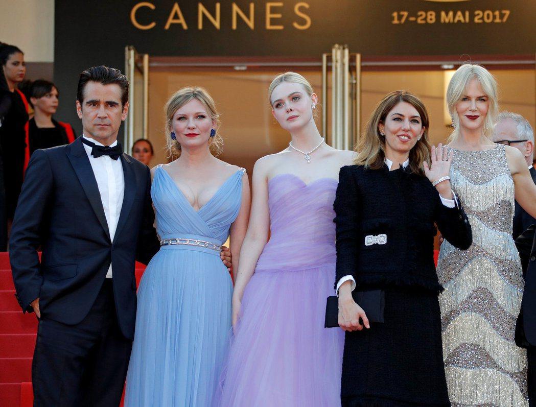 妮可基嫚(右起)、蘇菲亞柯波拉、艾兒芬妮、克絲汀鄧斯特、柯林法洛出席「魅惑」在坎...