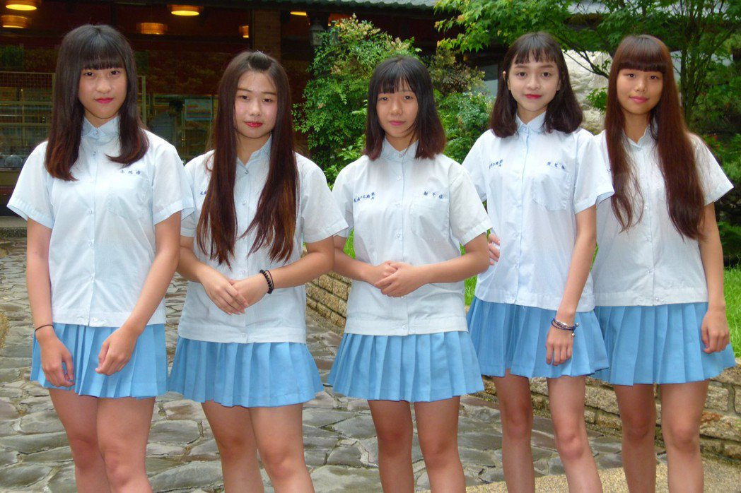 學生們覺得夏季制服有日、韓流行風。記者鄭國樑/攝影