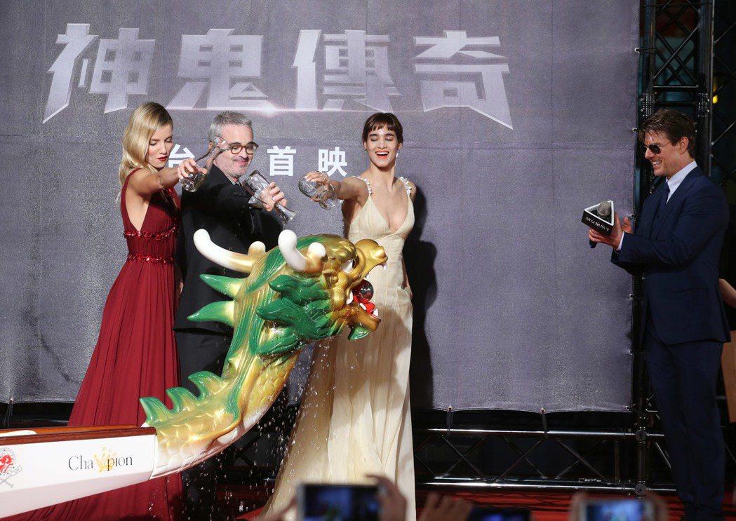 湯姆克魯斯(右起)、蘇菲亞波提拉、導演艾力克斯寇茲曼、安娜貝爾瓦莉絲為龍舟點睛進...