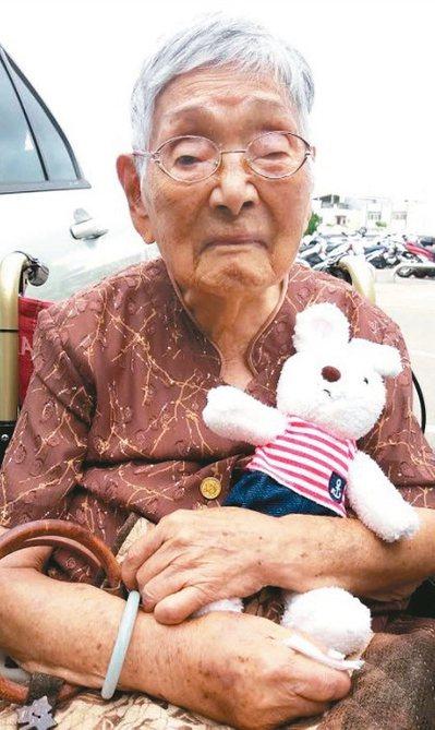 97歲朱奶奶從65歲起,因左乳腺癌末開刀,與乳癌抗戰34年。 圖/家屬提供