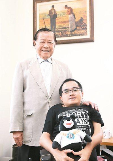 環科大研究生陳彥廷(右)自幼被診斷為先天性成骨不全的身心障礙者,參加烏克蘭發明展...