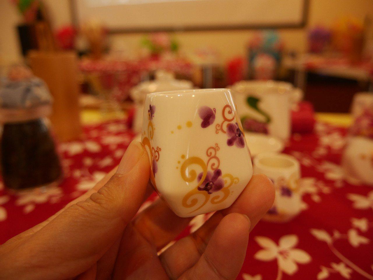 天燈造型的茶杯,讓人愛不釋手。 記者吳淑君/攝影