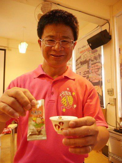 十分國小校長廖明正說,喝茶搭平溪珠蔥餅「絕配」。 記者吳淑君/攝影