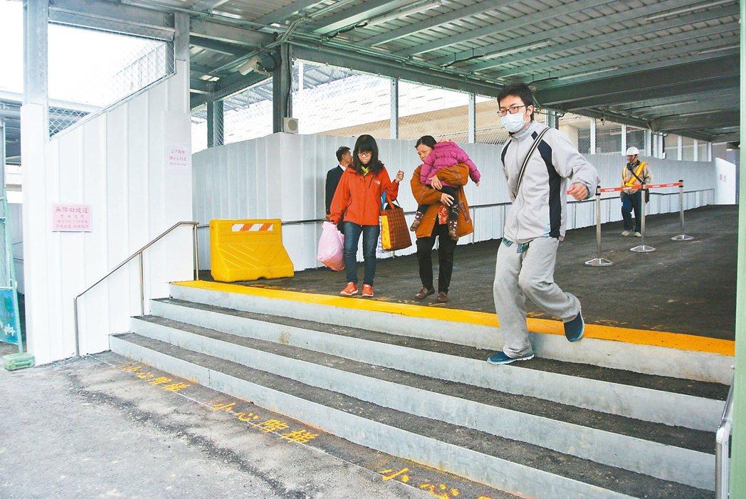 六億元興建的豐原火車站,無障礙坡道也封起來無法使用,被乘客譏「掉漆」。 本報資料照片