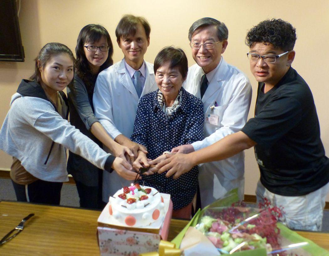 73歲黃姓阿嬤(右3)陸續罹患左側乳癌、淋巴癌、右側乳癌,抗癌14年,開心切蛋糕...