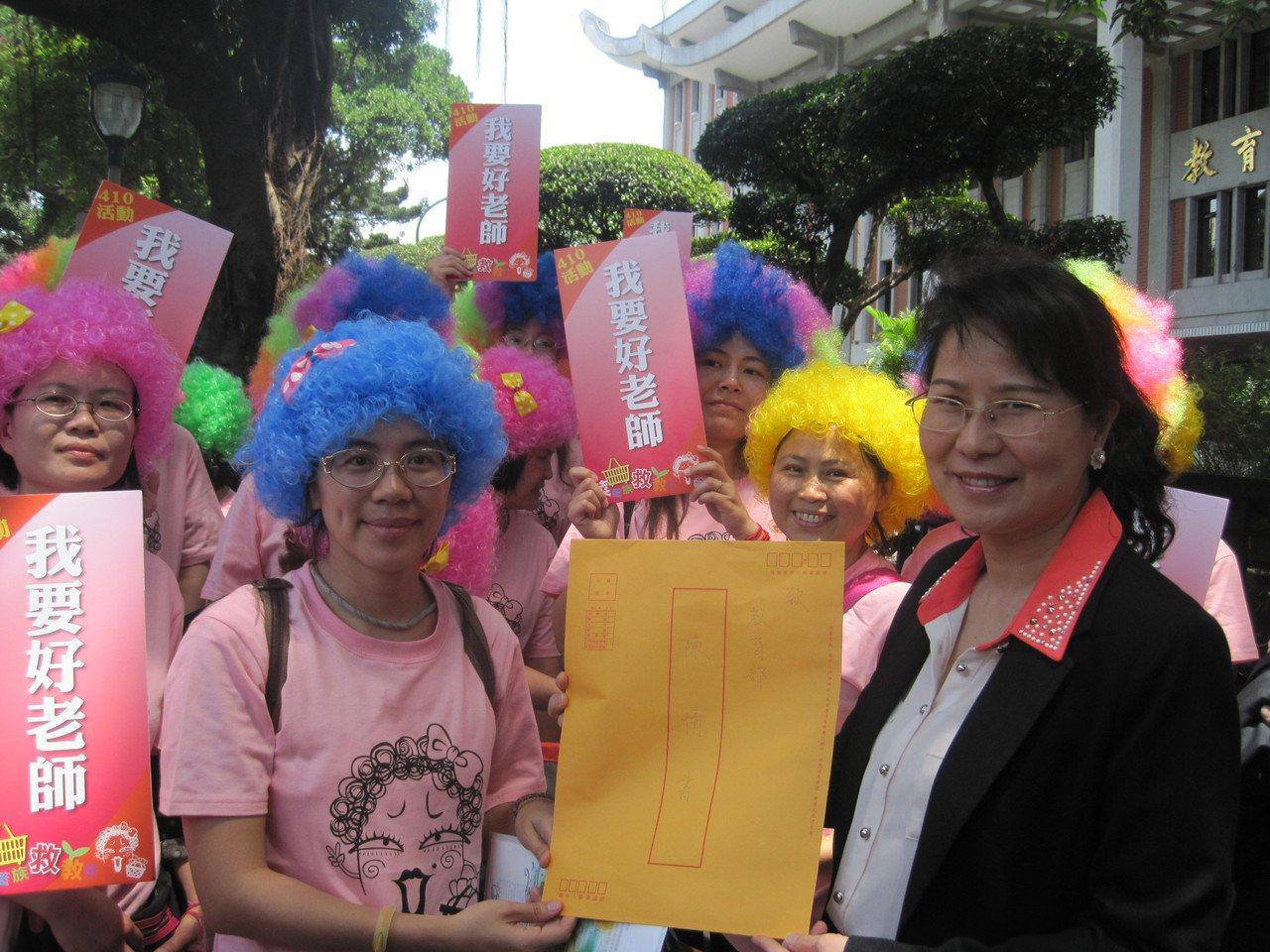 2014年4月,就有「菜籃族救教育囧媽團」成員到教育部陳情,呼籲政府迅速將教師評...