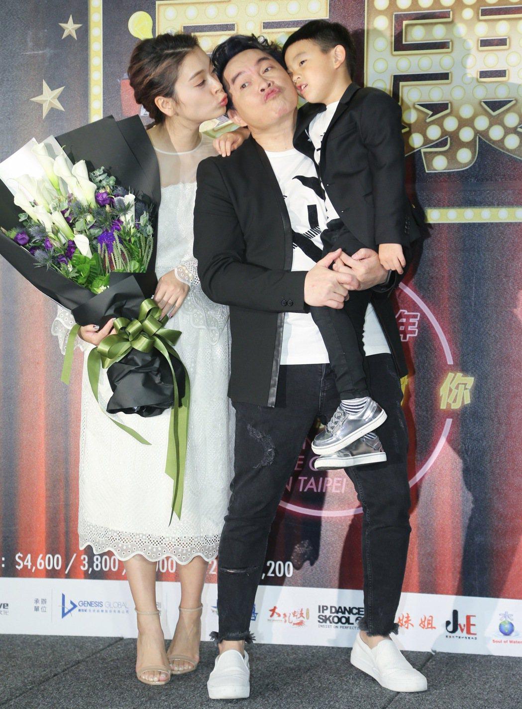 康康(中)宣布舉辦演唱會,老婆兒子到場支持。記者黃威彬/攝影