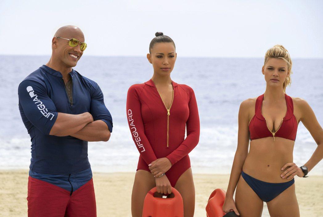 「運動畫刊」泳裝女郎凱莉羅巴赫(右)在「海灘救難隊」不吝展示性感身材,左為巨石強...