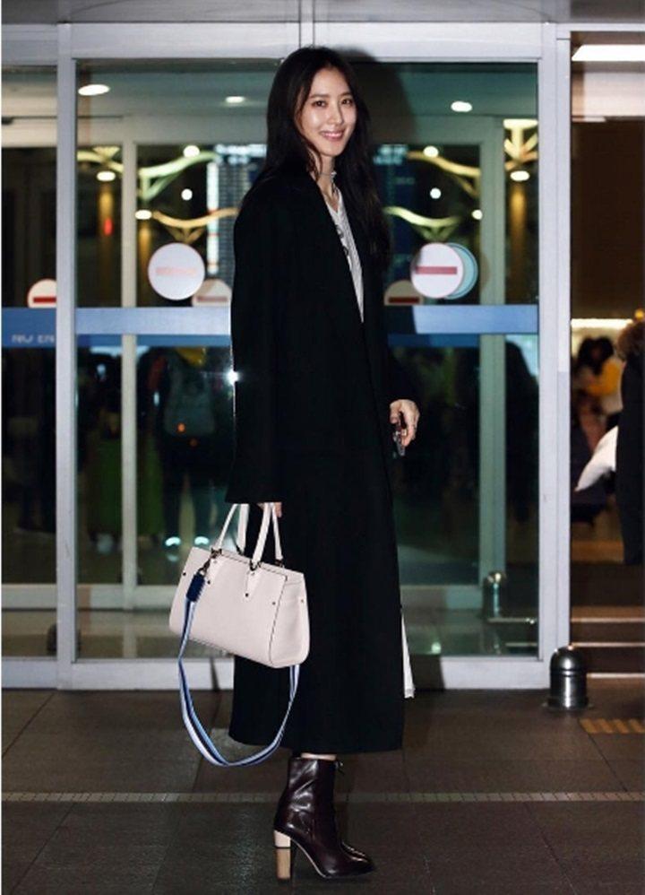 金秀賢以長版黑色大衣搭配象牙白色Paris Premier包。圖/Longcha...