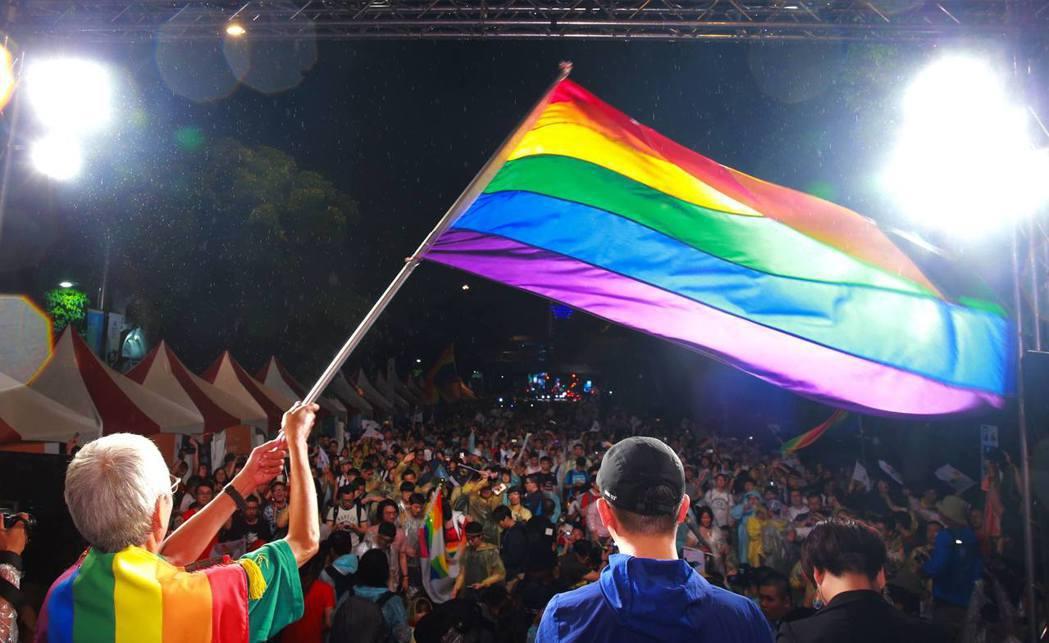 同婚釋憲聲請人祁家威,帶著跟了他20多年的大幅彩虹旗前往「2017點亮台灣亞洲燈...