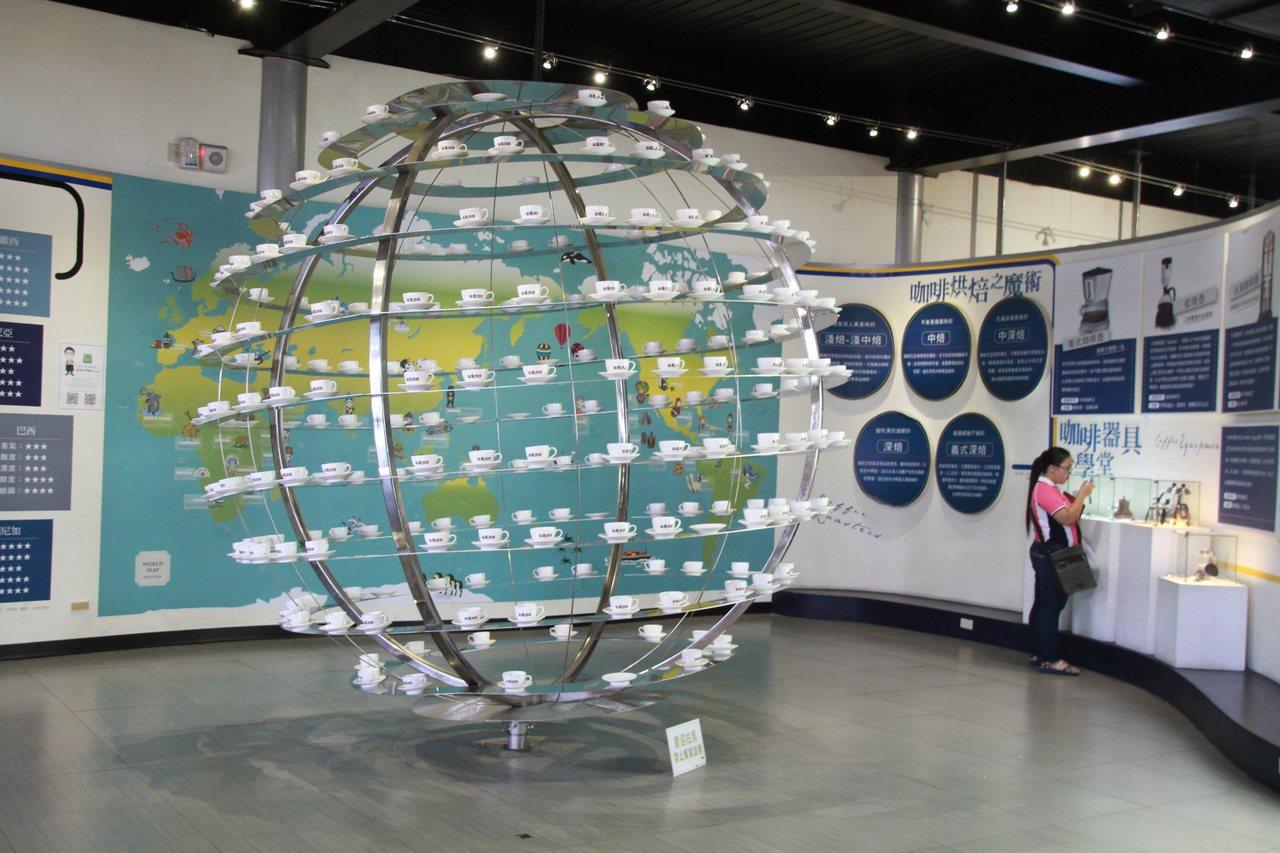 「品皇咖啡觀光工廠」參觀動線及說明都十分詳細,現場還展有咖啡杯地球儀。記者卜敏正...