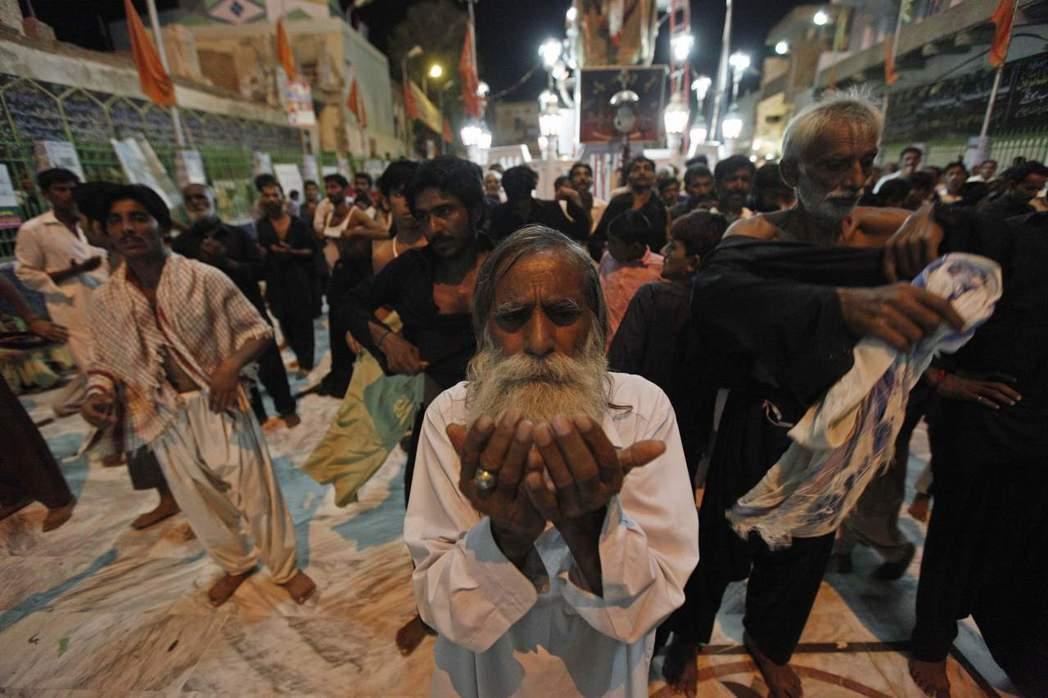 二月中旬南部信德省塞赫萬一處「蘇菲派」的聖殿遭自殺爆炸攻擊,近百人罹難、數百人負...