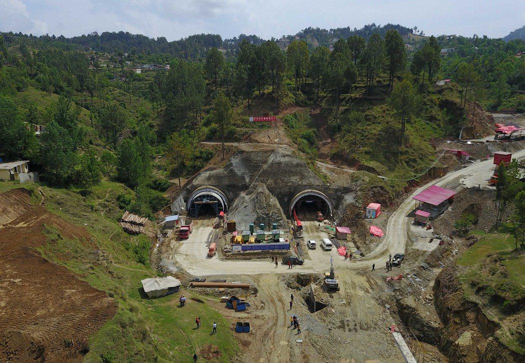 巴基斯坦北部喀喇崑崙公路二期(赫韋利揚至塔科特段)阿伯塔巴德隧道施工現場。 ...