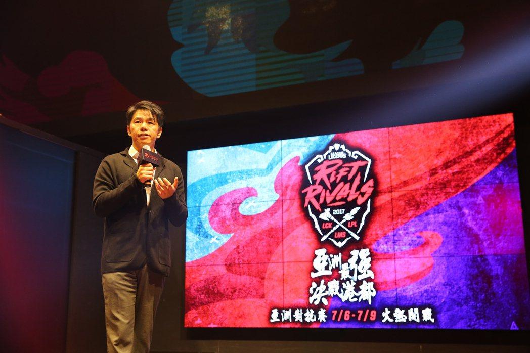 Wayne 向現場與會媒體介紹亞洲對抗賽的源起。 圖/Garena提供