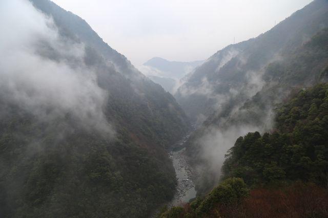 陰雨天的祖谷峽谷如山水畫一般