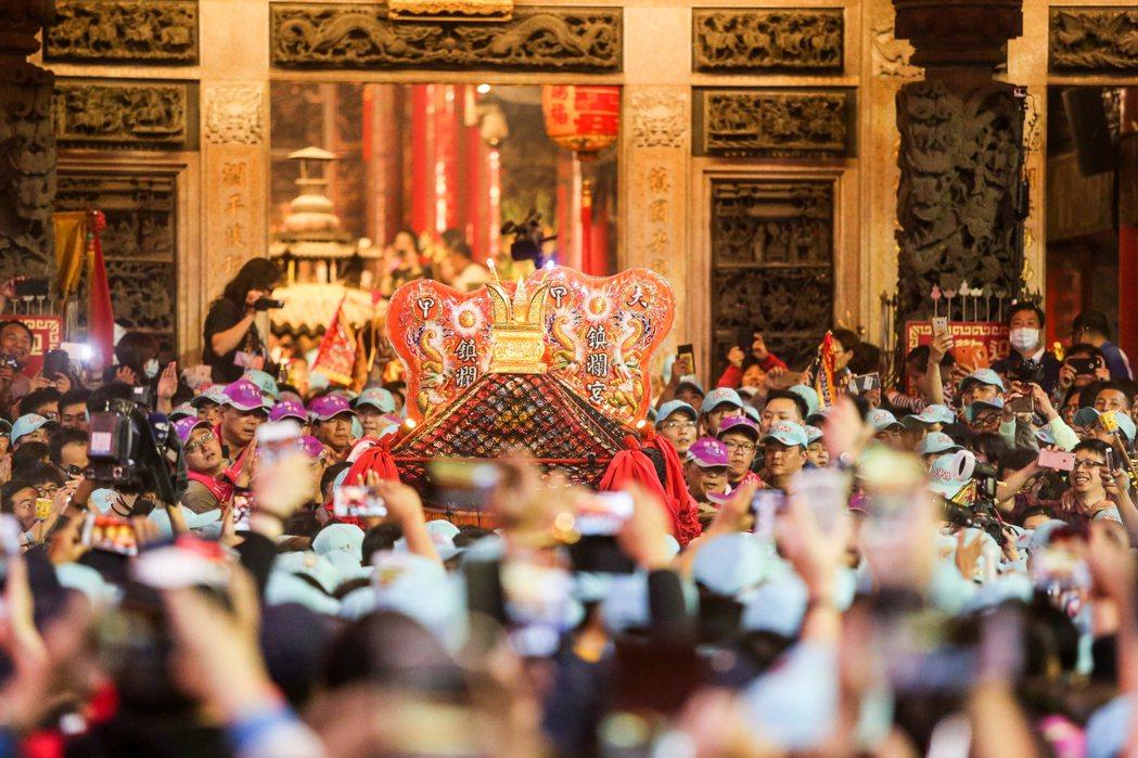 台灣人瘋媽祖,除了每年遶境帶起上億商機,各地媽祖廟近年也紛紛與金融、文創業跨界合...