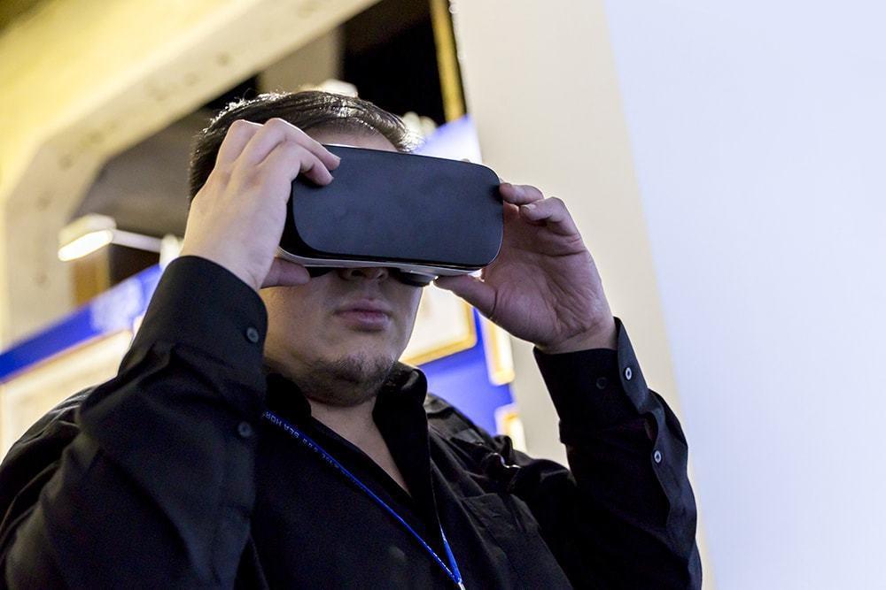 許偉揚總監戴上VR眼鏡,體驗圓明園古今對照的歷史軌跡。