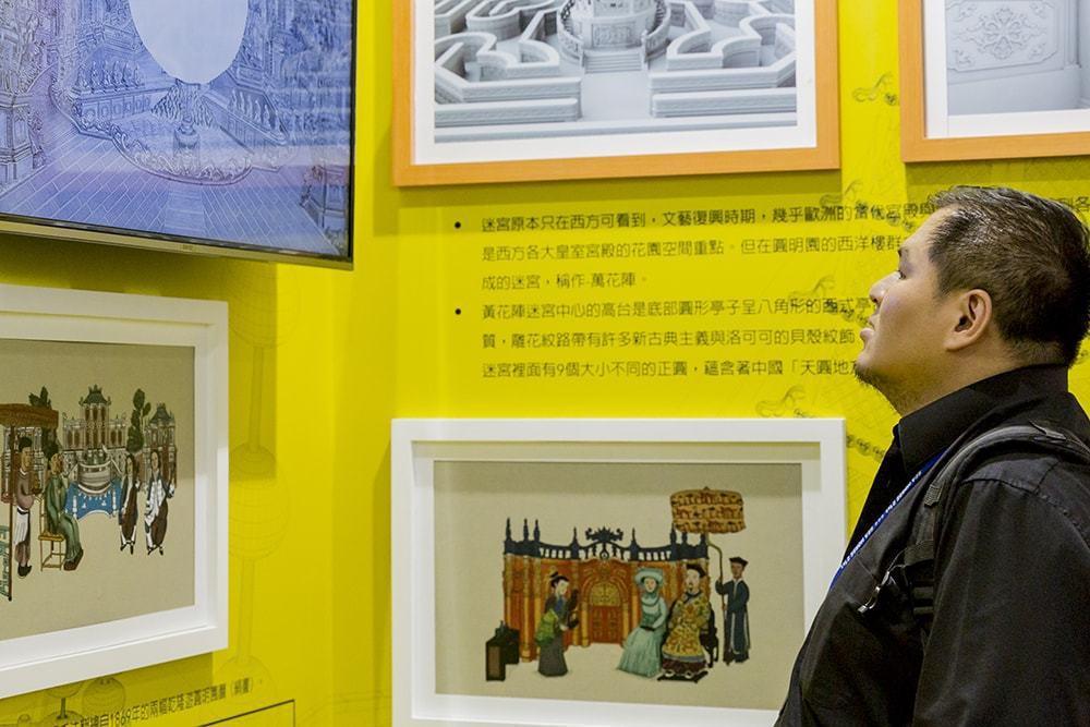 許偉揚總監欣賞郎世寧創作的《圓明園西洋樓二十景銅版畫》,內心相當感動。