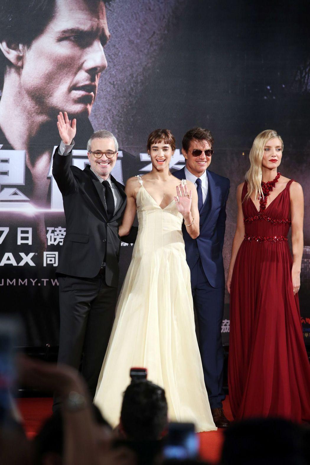 導演艾力克斯寇茲曼(左起)、蘇菲亞波提拉、湯姆克魯斯、安娜貝爾瓦莉絲來台宣傳。記...