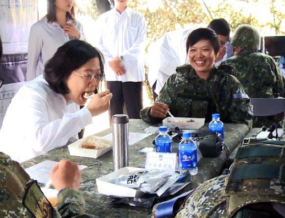 蔡英文總統昨天巡視國軍參與漢光演習的部隊,與參演官兵一起吃一種野戰加熱式餐盒,蔡...