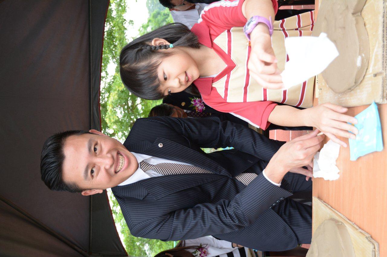 新竹市長林智堅與康橋國際黉舍新竹分校學生一起在陶版手印拓模。記者林家琛/攝影