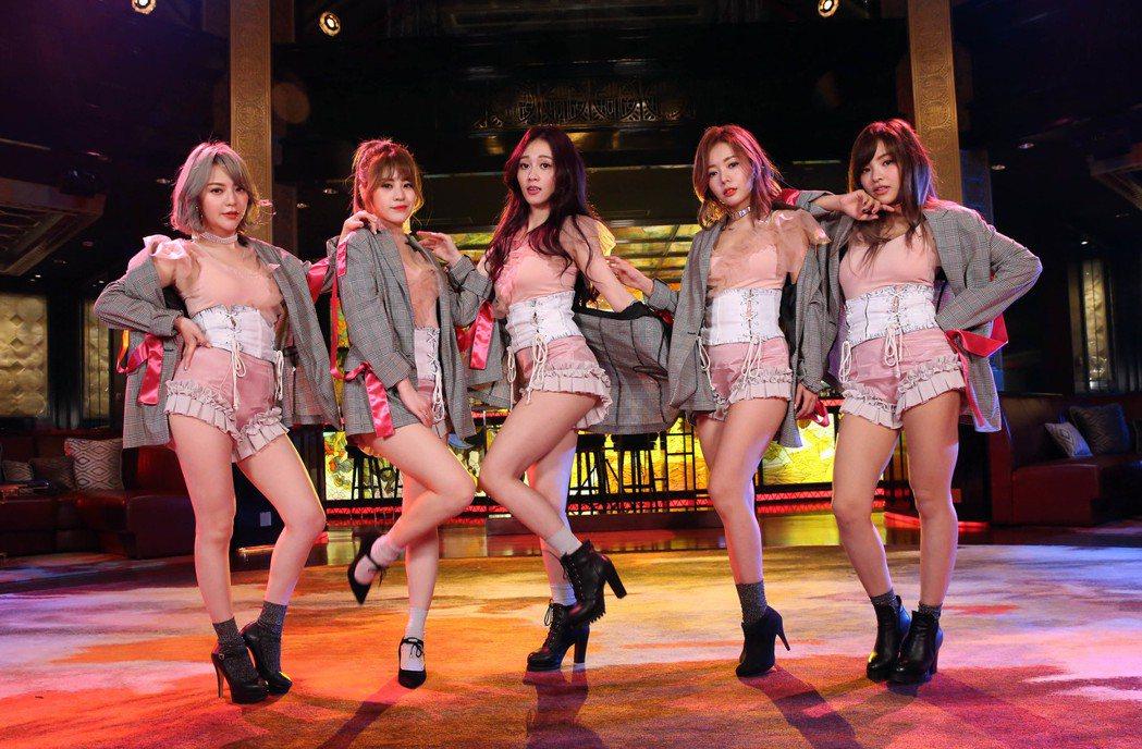女團Twinko赴澳門拍MV,化身「紅磨坊」性感舞孃,與外國猛男耳鬢廝磨。圖/紅...