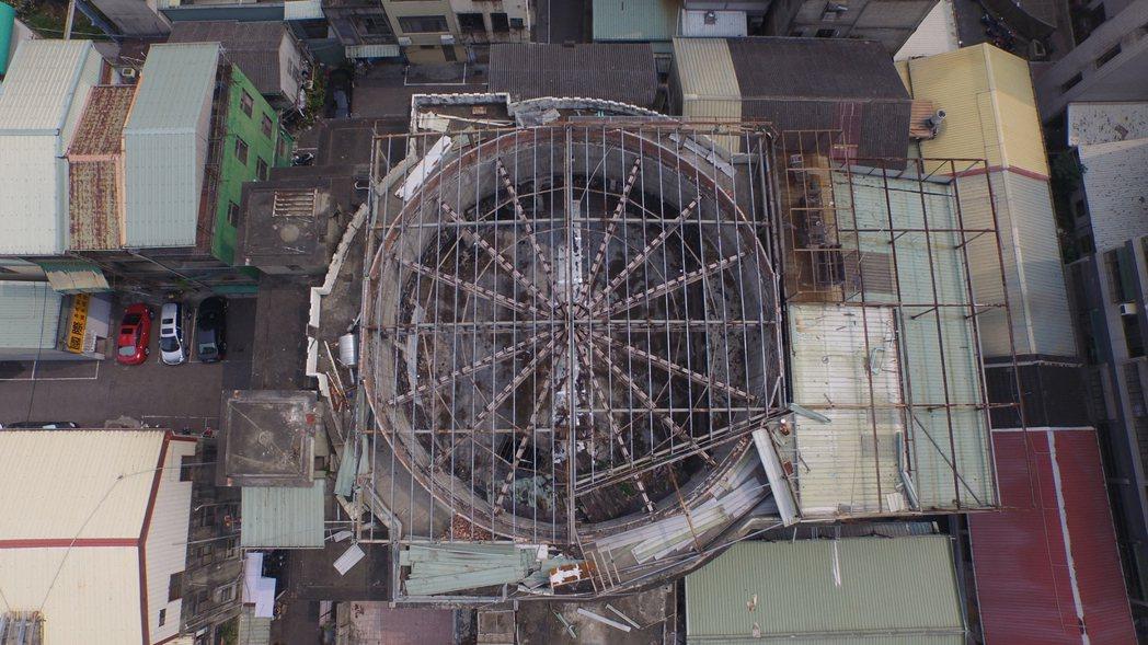 台中天外天劇場曾是台灣最豪華劇院,大跨距的圓頂造型優美,在當時是最先進的建築技術...