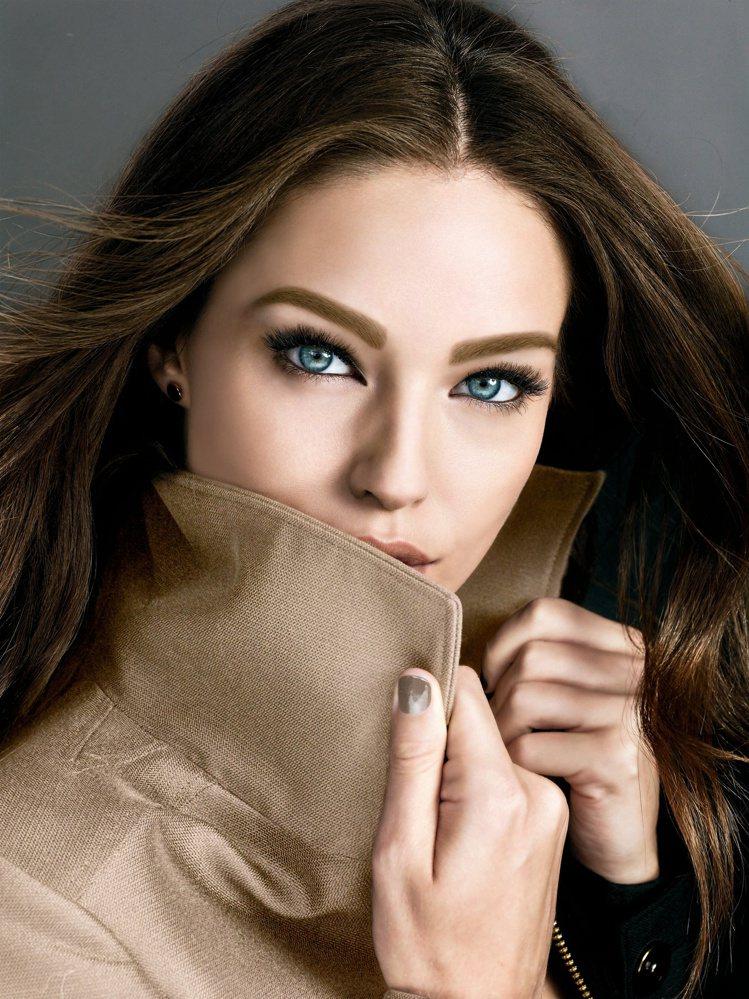 MAYBELLINE媚比琳推出撕除式的眉日眉夜持久染眉膠,打造自然心機裸眉。圖/...