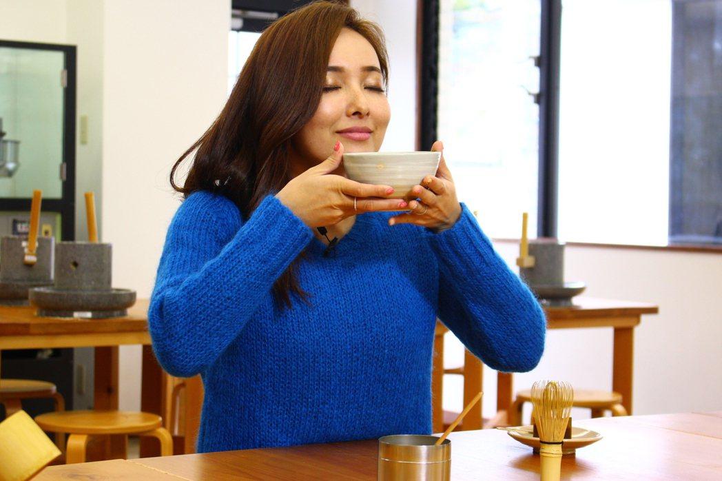 愛紗品嘗自己做的抹茶。圖/中視提供